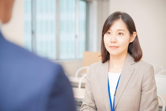 職場の陰口の対処法を知る女性