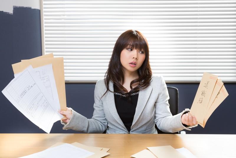 仕事をやめるか考える女性