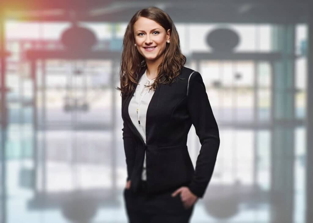 ビジネススーツを着た笑顔の女性
