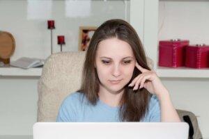 PCを眺める女性