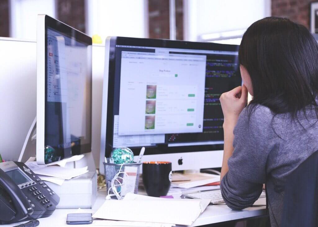 PC画面で処理をする女性