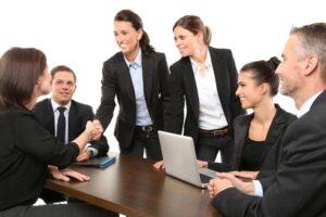 スーツ女性が交渉に成功する