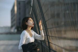 外を見る女性