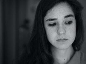 :悲しそうな女性