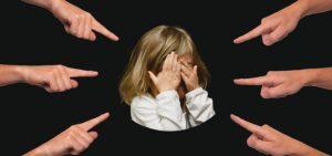 指を刺される少女