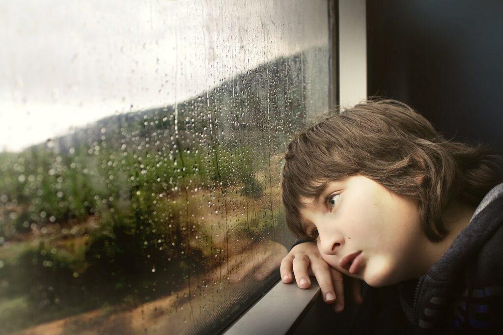 窓を見る男の子
