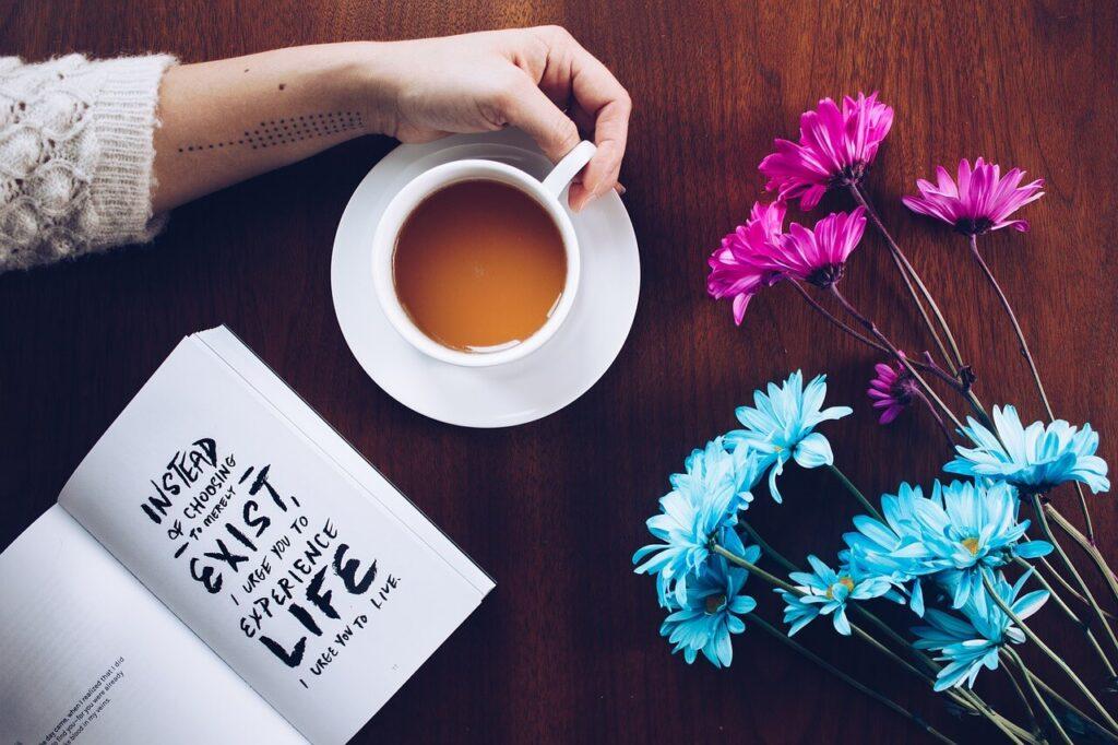 飲み物とノートと花