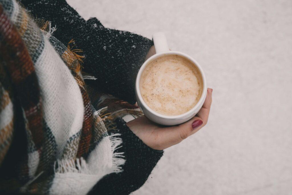 暖かい飲み物を持っている画像