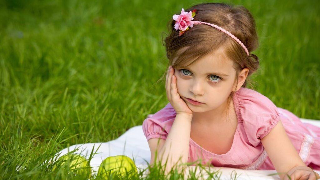 頬に手を置く小さな女の子