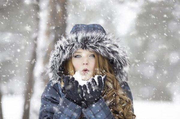 雪の中コートを着ている女性
