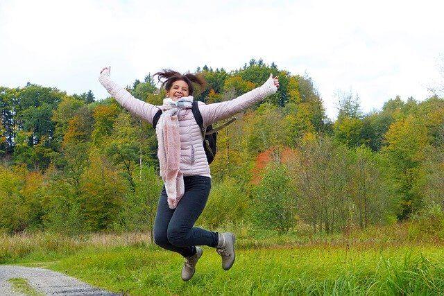 ジャンプしている楽しそうな女性