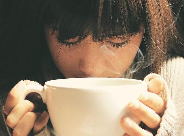 温かい飲みものを飲む女性