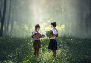 立って本を読む少年少女