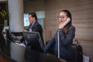ホテルの受付が電話対応